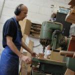 Gitarrenbau Christian Stoll: 2008: Holzwerkstatt. Christian Stoll an der Oberfräse