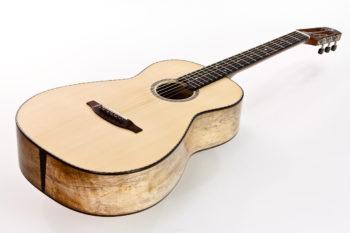Gitarrenbau Christian Stoll: Steelstring-Gitarre Ambition Parlor - Boden und Zargen aus spalted Mango Decke aus Engelmannfichte