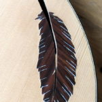 Verzierung um F-Loch Feder aus Holz